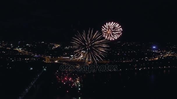 Nachtaufnahme des Feuerwerks aus der Luft
