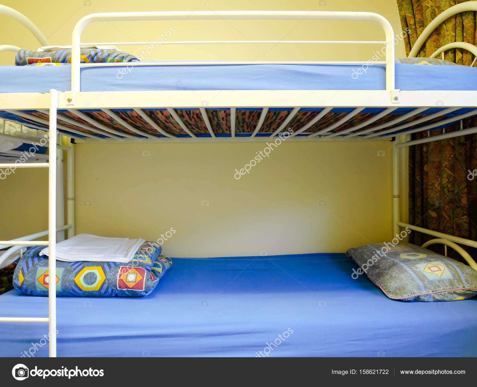 Stapelbedden in het hostel u2014 stockfoto © p saranya #158621722