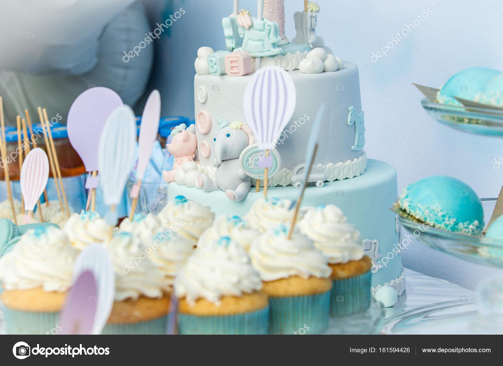 Tavolo Compleanno Bimbo : Tavolo dolce sul primo compleanno del bambino u foto stock