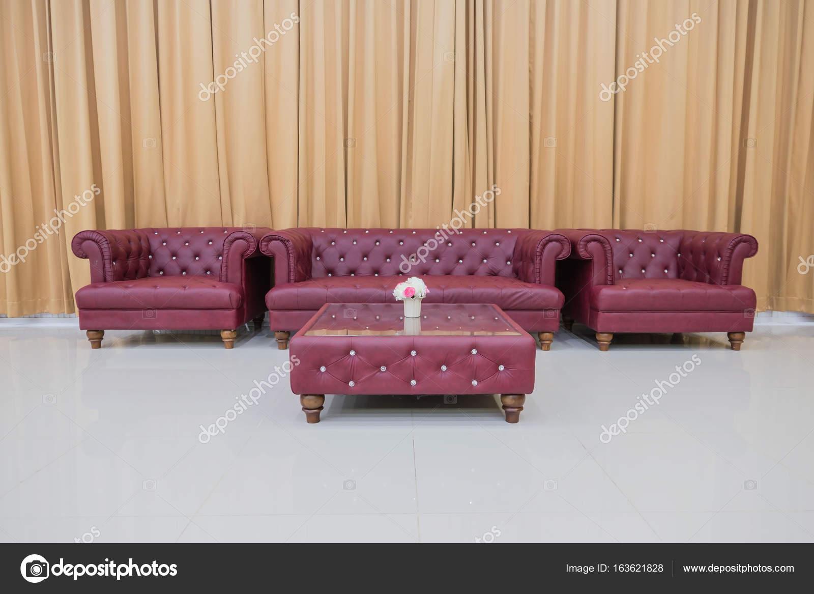 rode sofa en gele gordijnen achtergrond instellen stockfoto