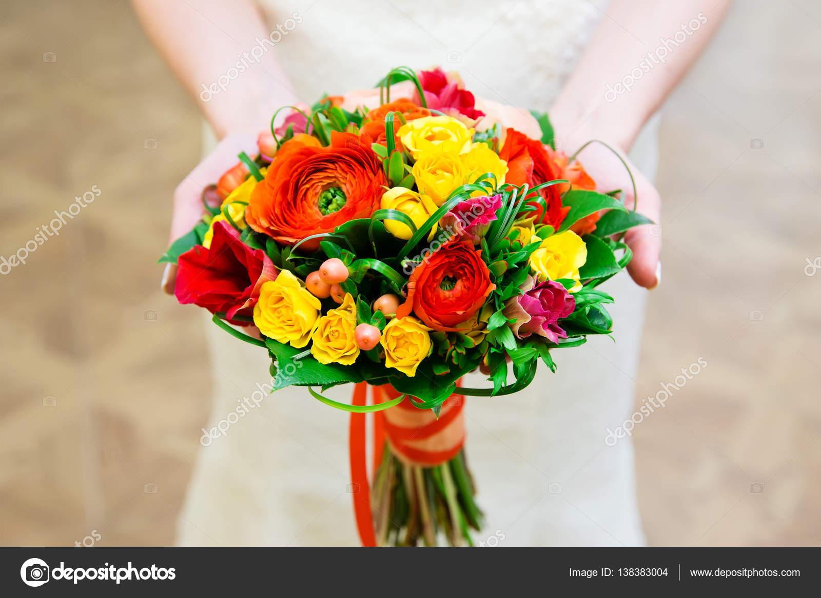 Bouquet Sposa Colorato.Sposa Con Bouquet Da Sposa Colorati Foto Stock C Angel648