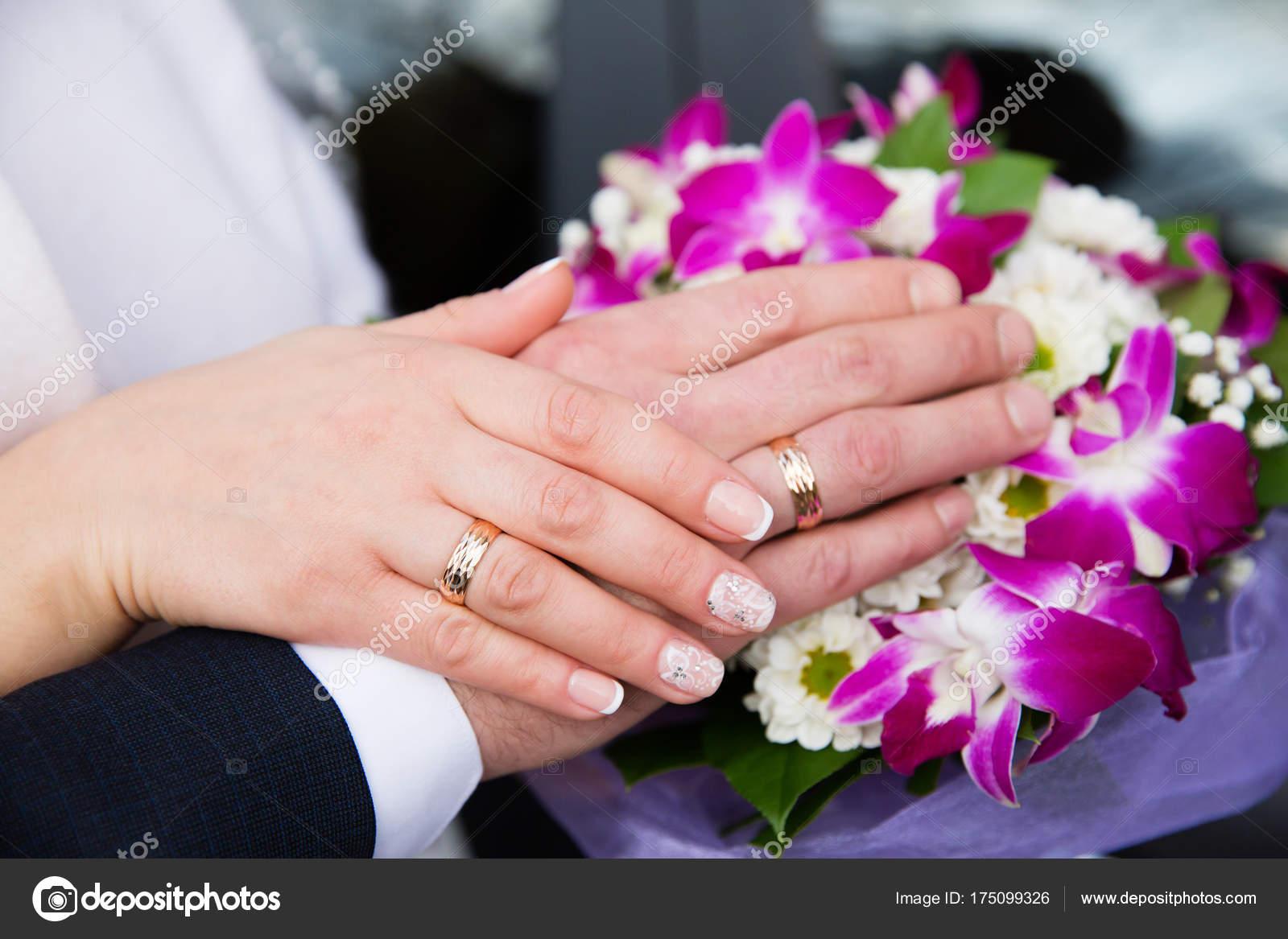Bride Groom Hands Wedding Rings Beautiful Bridal Bouquet — Stock ...
