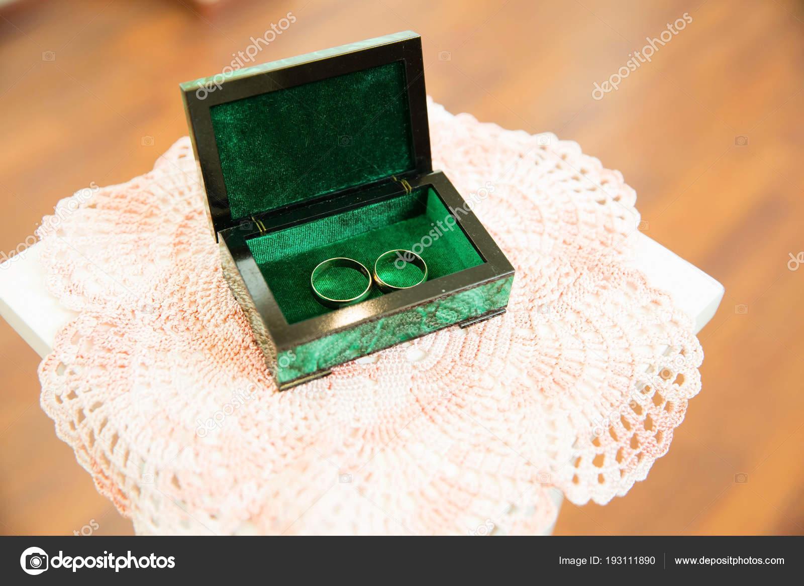 fb0120a06f7 Alianças Ouro Stand Para Anéis — Fotografias de Stock © angel648 ...