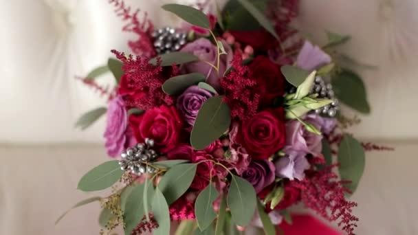 Krásné svatební kytice červených růží pro nevěstu.