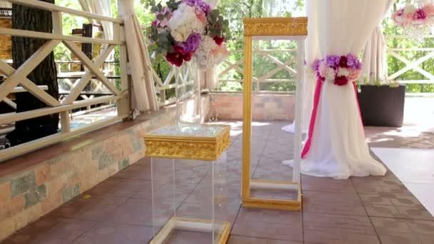 Návrhové prvky svatebního obřadu. Kytice květin a orchideje v skleněná váza