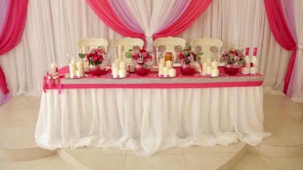 Svatební dekorace na stůl s květinami a tylu. Bílé svíčky na svatební stůl