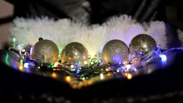 Vánoční hračky dovolená s lesklou věnec jedle a černým pozadím