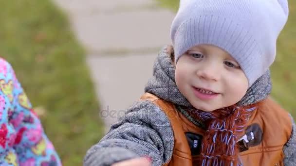 Bellissimi Bambini Piccoli Mostrano Nella Fotocamera Qualcosa Di