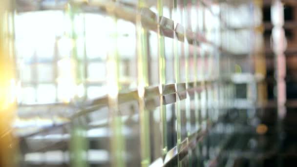 Zrcadlené svazky na pozadí. Jiskřivé pozadí. Zrcadlo ve stylu kavárny. Zpomalený pohyb
