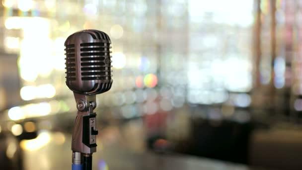 A kávézó belső gyönyörű vintage mikrofon. Retro mikrofon a világos háttér. Lassú mozgás.
