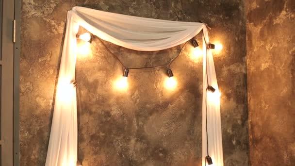 Een rij van lampen in christmas decor. groep van de gloeilamp