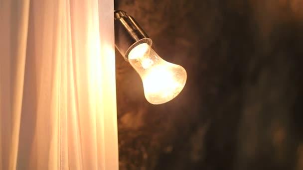 Staré žárovky na tmavém pozadí... Dekorace v foto Studio.