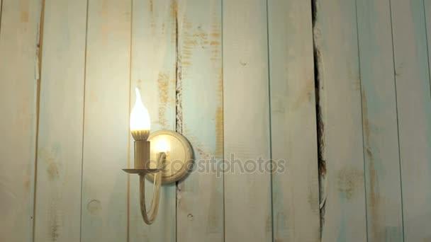 Retro lampy na staré dřevěné zdi. Dekorace v foto Studio