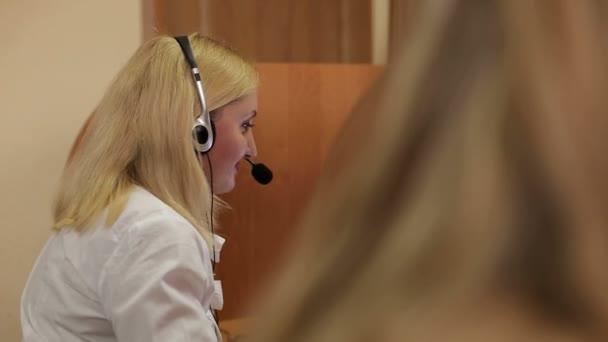 Portrét pracovníka call centra spolu s její tým. Usmívající se operátor zákaznické podpory při práci