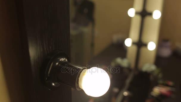 Spiegel Met Lampen : Mooie spiegel met lampen in de schoonheidssalon make upspiegel