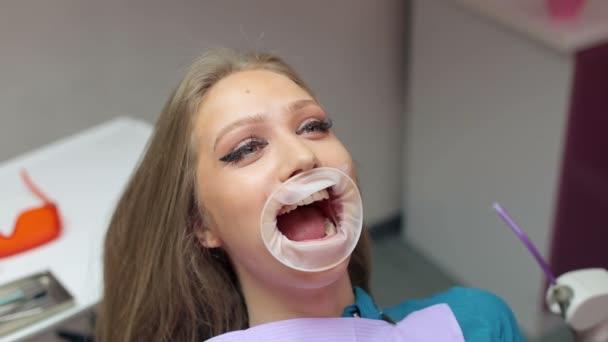 Detail dívky s expandér ústa v zubní klinice. Mladá dívka v moderní zubní ordinaci