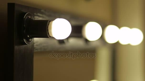 Spiegel Make Up : Schöner spiegel mit lampen im beauty salon make up spiegel