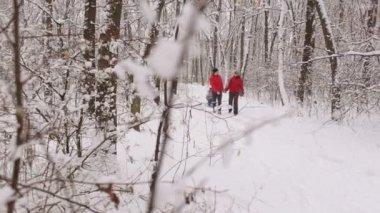 Een Warme Winter : Kind draagt plastic schuif board klimt omhoog snel meisje in warme