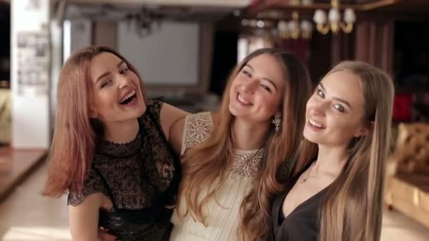 Detail ze skupiny rozesmátých dívek, které na party.