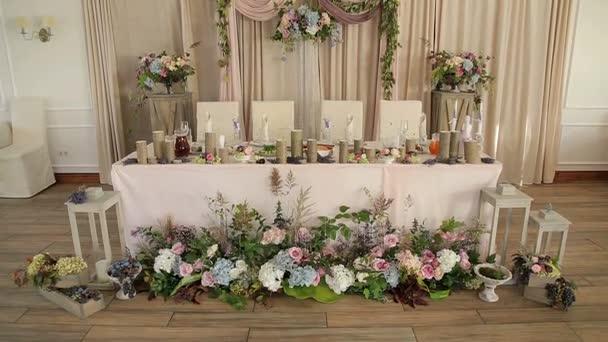 Luxusní svatební stůl s krásné květiny a svíčky