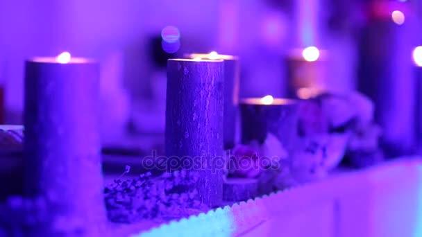 Hořící svíčky na dřevěných pařezů na svatební stůl