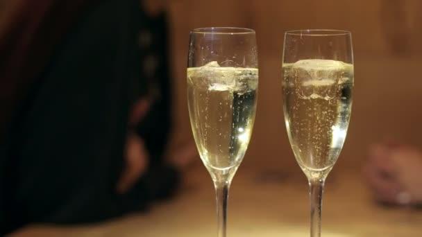Nahaufnahme von zwei Gläsern Champagner mit Eis.