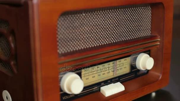 Staré retro rádio s hnědým dřevěným pozadím