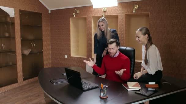 Un groupe d hommes d affaires rencontre avec l ordinateur