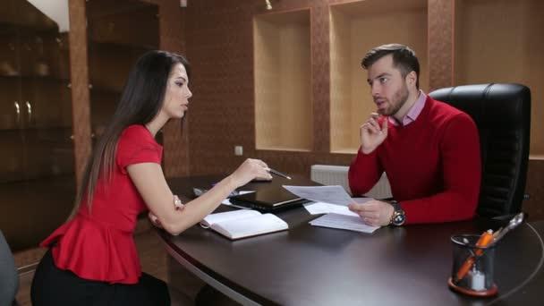 ženské a mužské zaměstnance při pohledu na dokument v kanceláři.