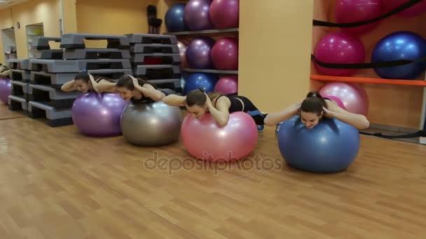 Fiatal nők csinál gyakorlás-val labdák