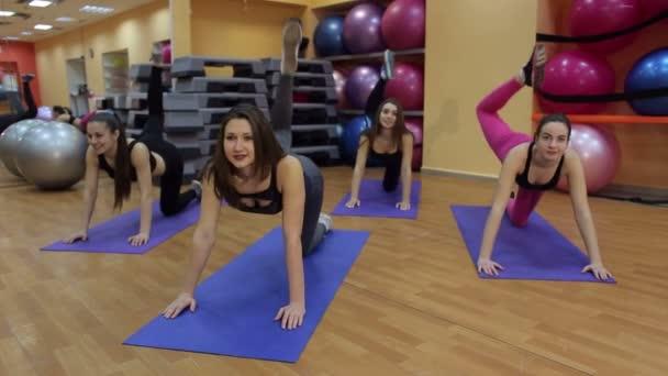 Csoport fiatal nők, hogy a lábak gyakorlatok fitness osztályban