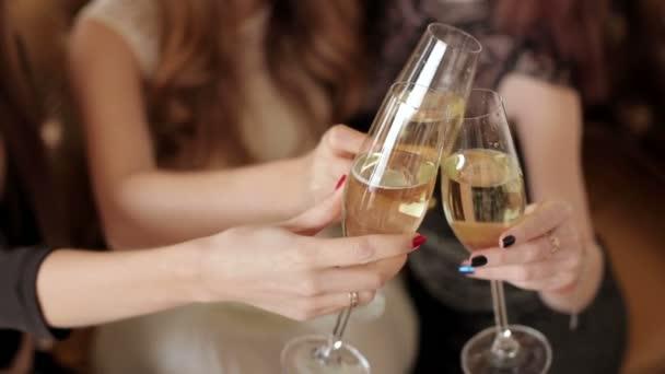 Detail ze tří žen, cinkání, s brýlemi shampagne