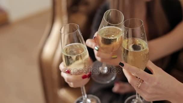 Tři sklenice šampaňského jsou vzájemně spojeny během přípitku
