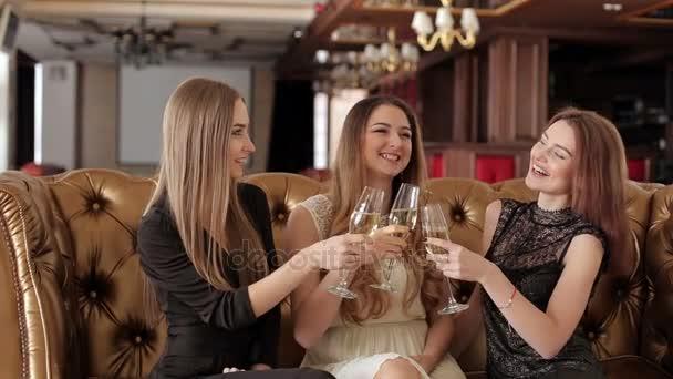 Glückliche Frauen Sektgläser Klirren und feiern im restaurant