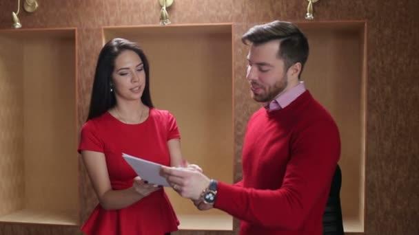 Podnikatelka předložit dokument, její šéf pro jeho schválení a podpis.