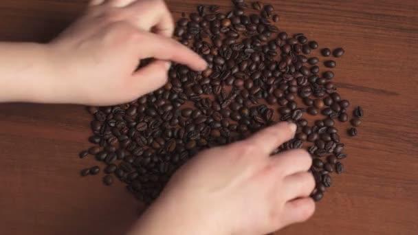 Dívka čerpá Veselý obličej z kávových zrn