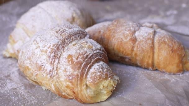 Croissanty, posypané moučkovým cukrem.