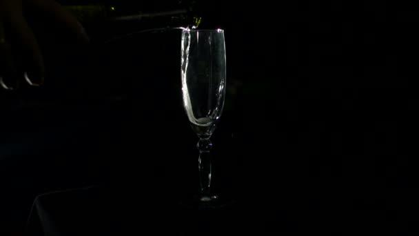 Nalití do sklenice z láhve šampaňského.