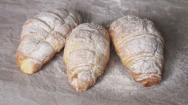 Čerstvé croissanty, posypané moučkovým cukrem
