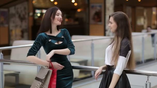 krásná dívka s nákupní tašky v obchodě