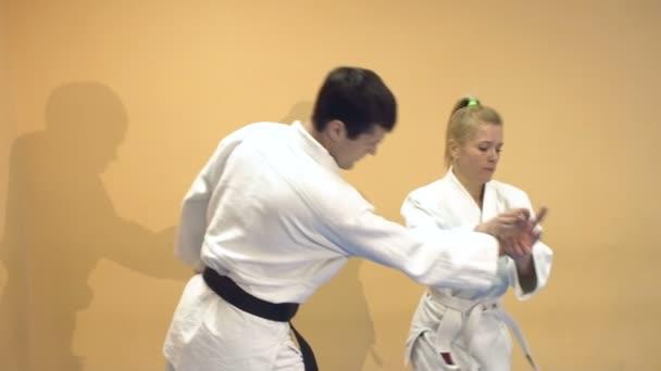 Muž a žena demonstrují techniku Aikido