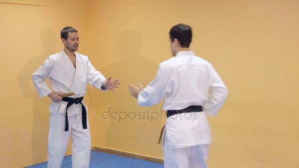 Két férfi Aikido gyakorlása a tornateremben.
