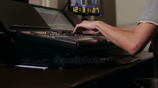 Ingegnere del suono funziona con un telecomando
