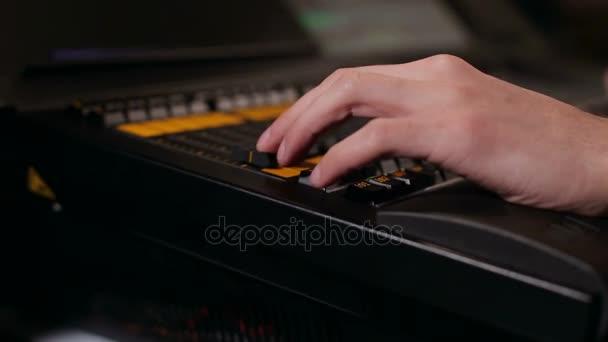 Luomo lavora in studio, close-up di registrazione audio