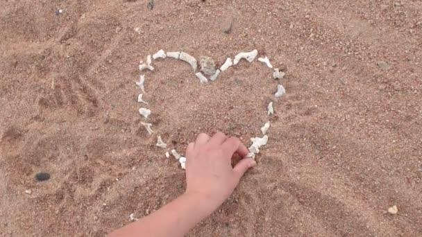 Dívka vyloží podstatu korály na pláži.