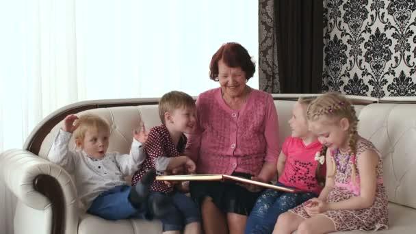 Babičky a vnoučata baví doma