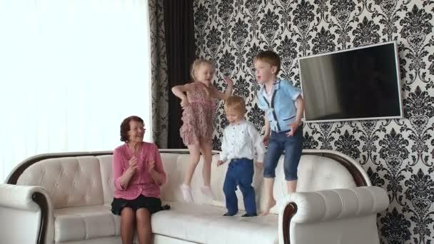 Malé děti skákat na gauči