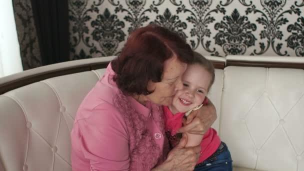 Šťastná babička obejme svou malou vnučku