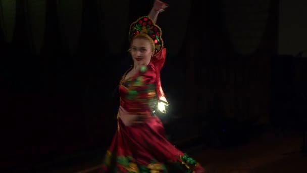 Lidový tanečník, tanec na jevišti v národním kroji.
