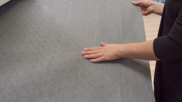 Dívka je udržet tapetového v obchodě, closeup